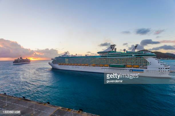 cruise ships leaving philipsburg port, st. maarten - realeza imagens e fotografias de stock