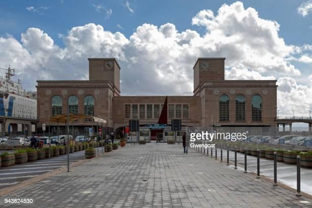 cruise terminal de naples - gwengoat photos et images de collection