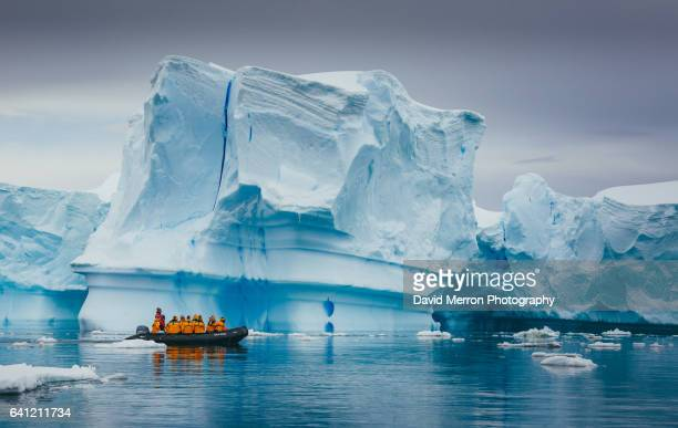 cruising antarctica - iceberg photos et images de collection