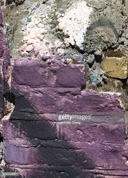 crumbling purple wall with graffiti - lyn holly coorg stock-fotos und bilder
