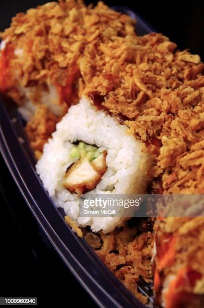 crunchy chicken katsu and cucumber sushi roll - yōshoku imagens e fotografias de stock