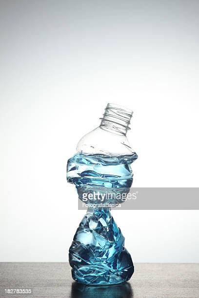 schiacciato bottiglia - crush foto e immagini stock