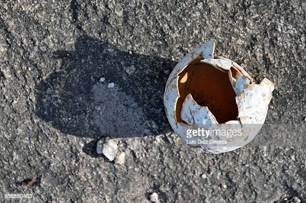 crushed golf ball - golftee stock-fotos und bilder