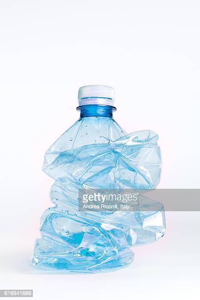 crushed plastic bottle to recycle - fles stockfoto's en -beelden