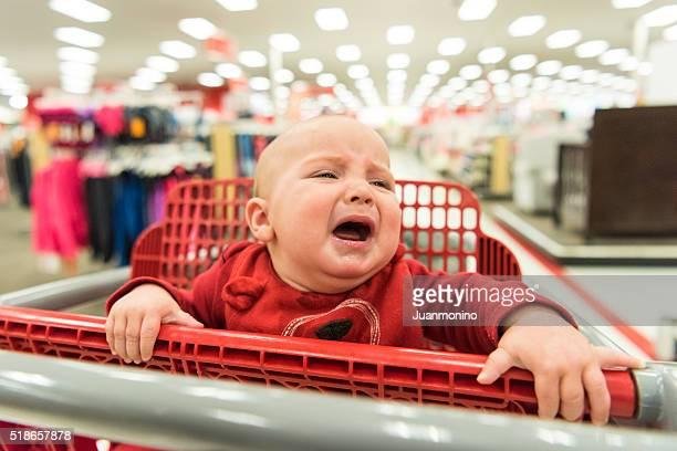 Pleurs de bébé dans un panier d'achats