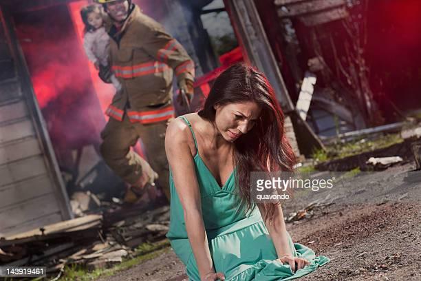 ベビーガールごみ箱から救助燃えるハウスバイファイヤーマン、頭の母親 - すす ストックフォトと画像