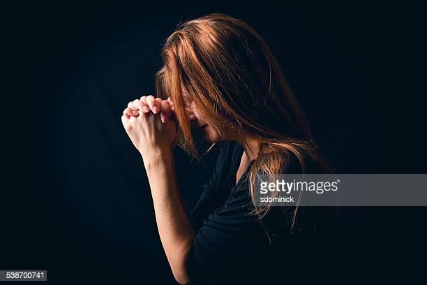 Llorar mujer decir oración