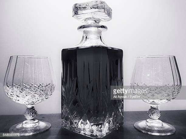 crystal alcohol decanters and glasses - kristallglas stock-fotos und bilder