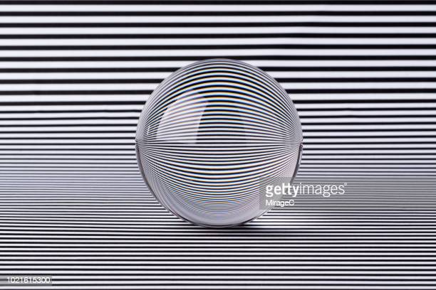 crystal ball illusion - glas materiaal stockfoto's en -beelden