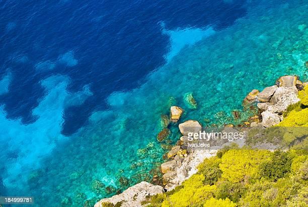 透き通った青い海と海岸