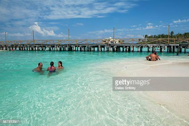 crystal clear turquiose sea on isla mujeres, mexic - mujeres fotos stockfoto's en -beelden