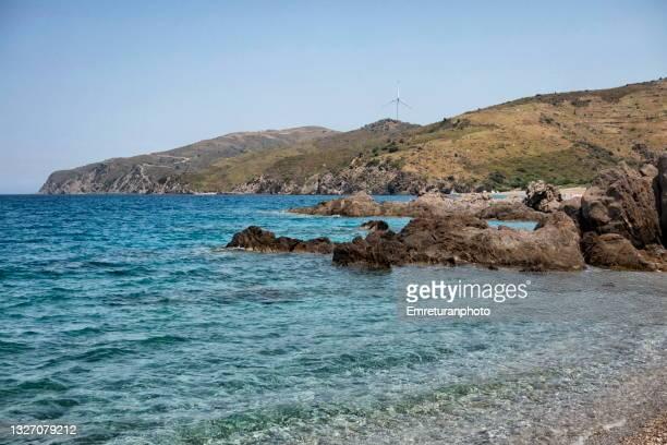 crystal clear waters of aegean sea at badembükü pebble beach. - emreturanphoto - fotografias e filmes do acervo