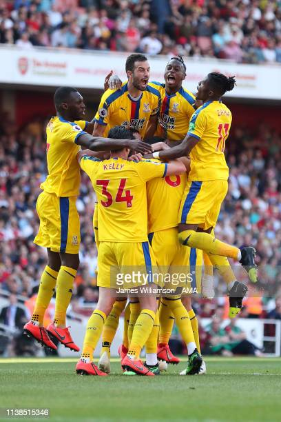 Crystal Palace players celebrate after James McArthur of Crystal Palace scores a goal to make it 31 during the Premier League match between Arsenal...