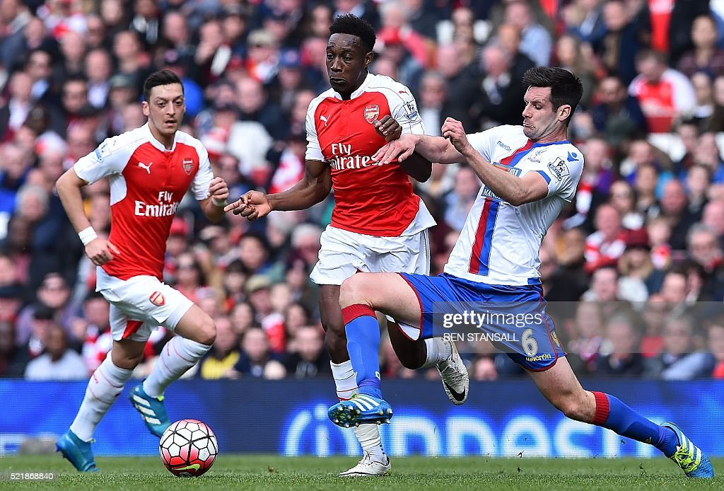 Crystal Palace's English defender Scott Dann (R) challenges Arsenal's English striker Danny Welbeck (C) conceding a free-kick during the English Premier League football match between Arsenal and Crystal Palace at the Emirates Stadium in London on April 17, 2016. / AFP / BEN STANSALL / RESTRICTED TO EDITORIAL USE. No use with unauthorized audio, video, data, fixture lists, club/league logos or 'live' services. Online in-match use limited to 75 images, no video emulation. No use in betting, games or single club/league/player publications. /
