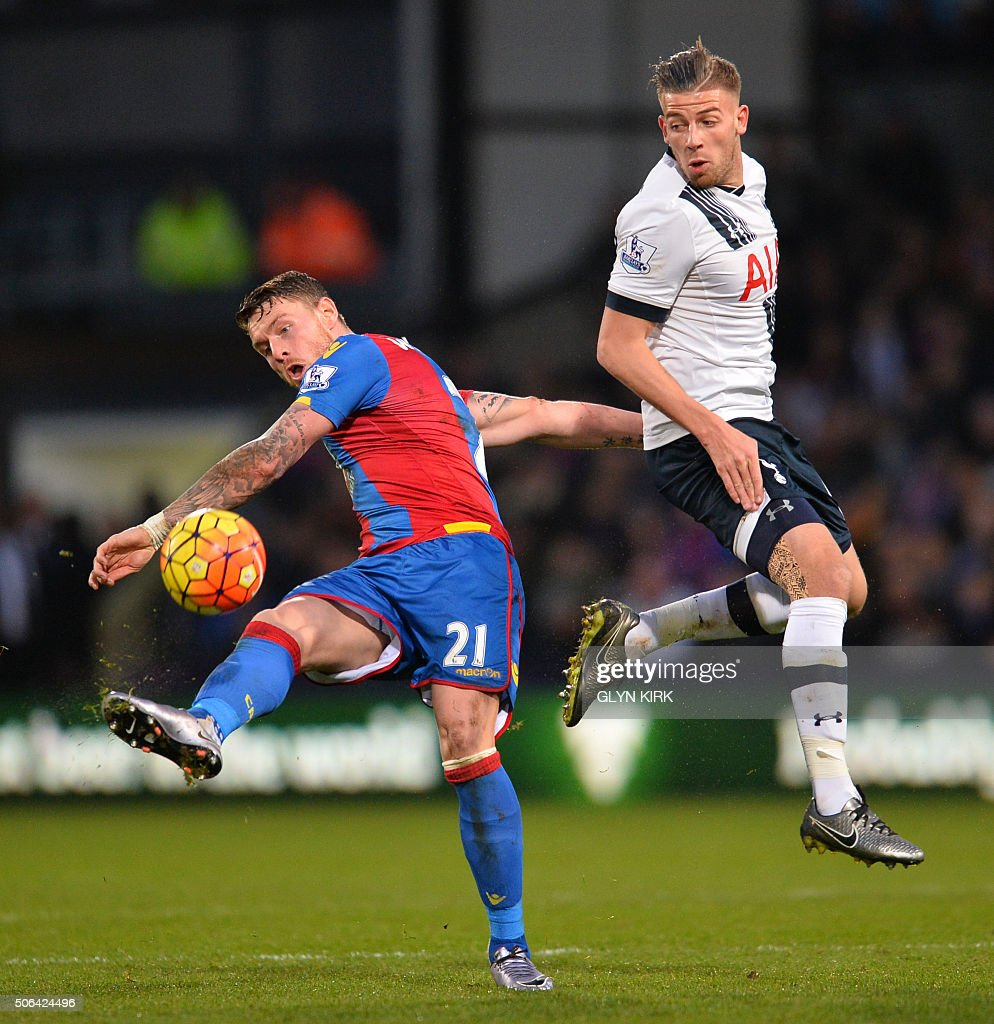 Crystal Palace's English striker Connor Wickham (L) vies with Tottenham Hotspur's Belgian defender Toby Alderweireld (R) during the English Premier League football match between Crystal Palace and Tottenham Hotspur at Selhurst Park in south London on January 23, 2016. AFP PHOTO / GLYN KIRK USE. No use with unauthorized audio, video, data, fixture lists, club/league logos or 'live' services. Online in-match use limited to 75 images, no video emulation. No use in betting, games or single club/league/player publications. / AFP / GLYN