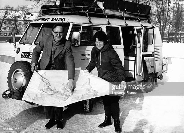 A côté de leur minivan combi Volkswagen David et Christina Frost couple de jeunes journalistes anglais devant une carte routière en train de montrer...
