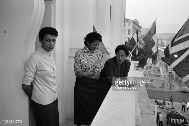 Côte d'Azur France août 1956 Le prince Moulay Hassan fils ainé du sultan du Maroc et ses trois soeurs les princesses Aicha Nezha et Malika en...