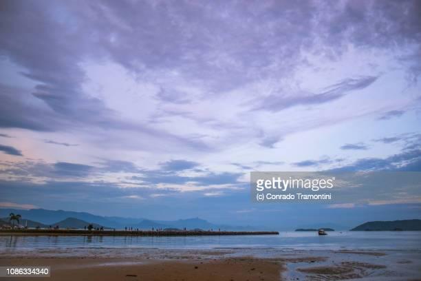 O céu da tarde refletido na praia de Paraty