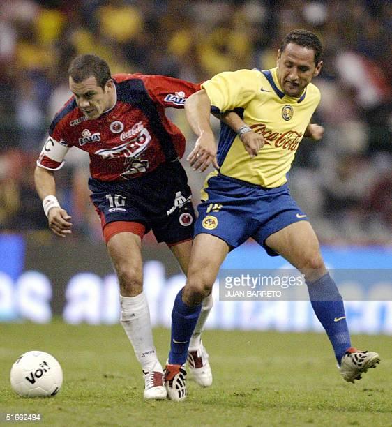 Cuatemoc Blanco de Veracruz disputa un balon junto a German Villa de America en juego de la semana 14 del Torneo Apertura de la liga Mexicana en la...