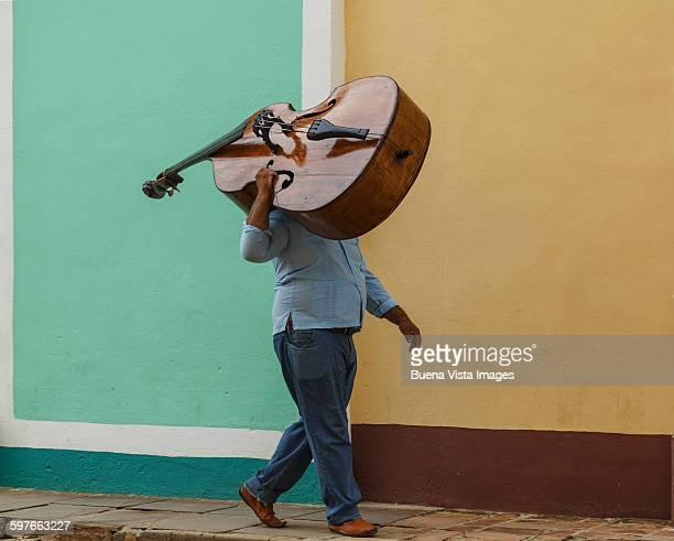 cuba. man carrying double bass. - cuba fotografías e imágenes de stock