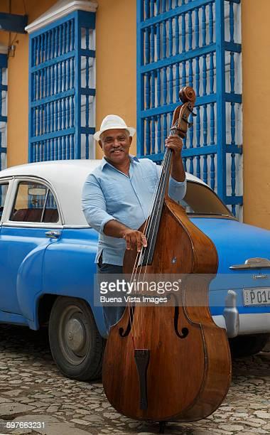 cuba. man playing double bass. - marrom - fotografias e filmes do acervo