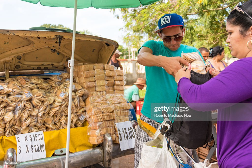 Cuba news: Selling crackers in the trunk of old American car ...