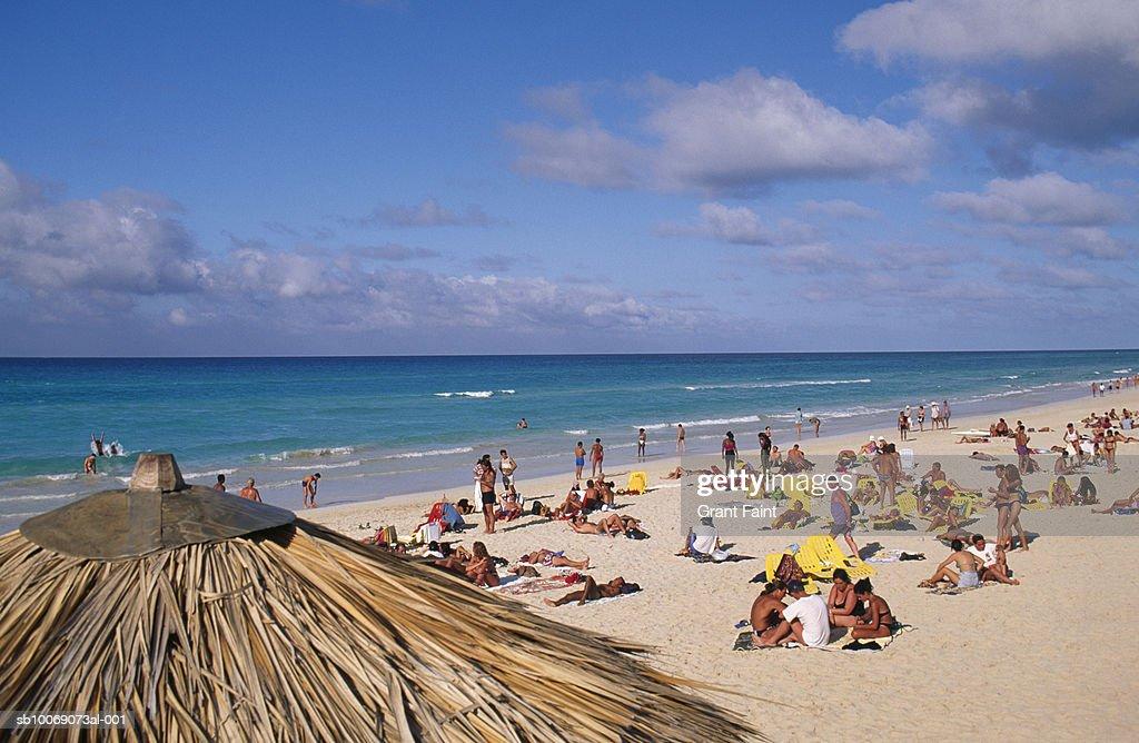 Cuba, sunbathers on Veradero beach : Stockfoto