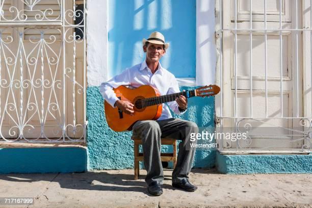 cuba, trinidad, portrait of man playing guitar on the street - guitariste photos et images de collection