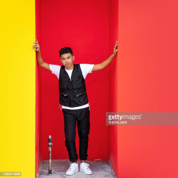 cuban 15 years old posing on a red wall - 14 15 years stock pictures, royalty-free photos & images