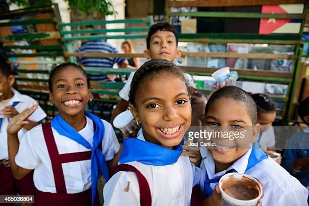 crianças na escola uniformes cuba - patio de colegio imagens e fotografias de stock