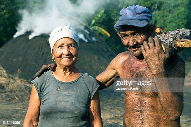 couple de Cuba travaillant en plein air