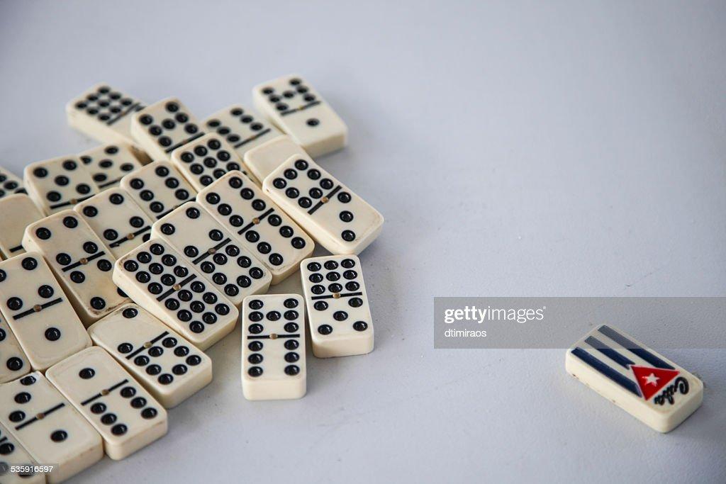 Cuba jumbled dominó tradicional com múltiplos jogadores em um quadro branco : Foto de stock