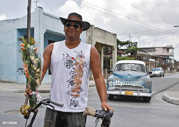 Cuban Ebarglis Carnet carries a bouquet on a street in Guantanamo city 20 km North of the US base on July 28 2009 Guantanamo the most Eastern...