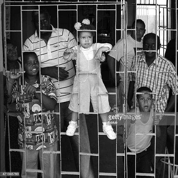 Kubanische Familie warten hinter dem Zaun in der busstation in Trinidad und Cuba