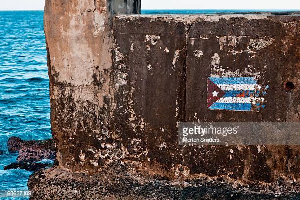 cuban flag puzzle art at quay - merten snijders stockfoto's en -beelden