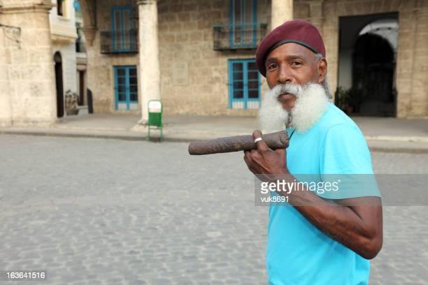 Homem com o Charuto cubano