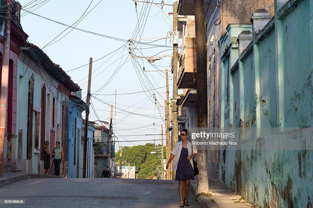 Cuban people lifestyle: female doctor walking down the... : Nachrichtenfoto