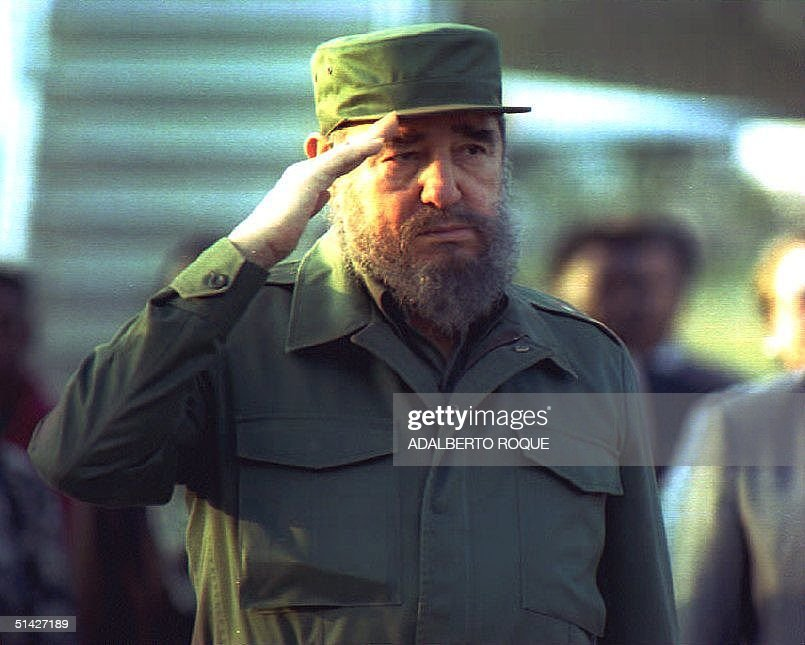 Cuban President Fidel Castro salutes during a welc : News Photo