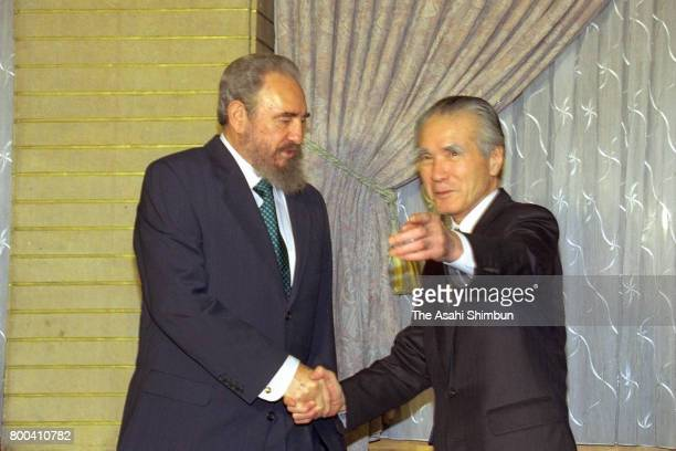 Cuban President Fidel Castro shakes hands with Japanese Prime Minister Tomiichi Murayama prior to their meeting at Murayama's official residence on...