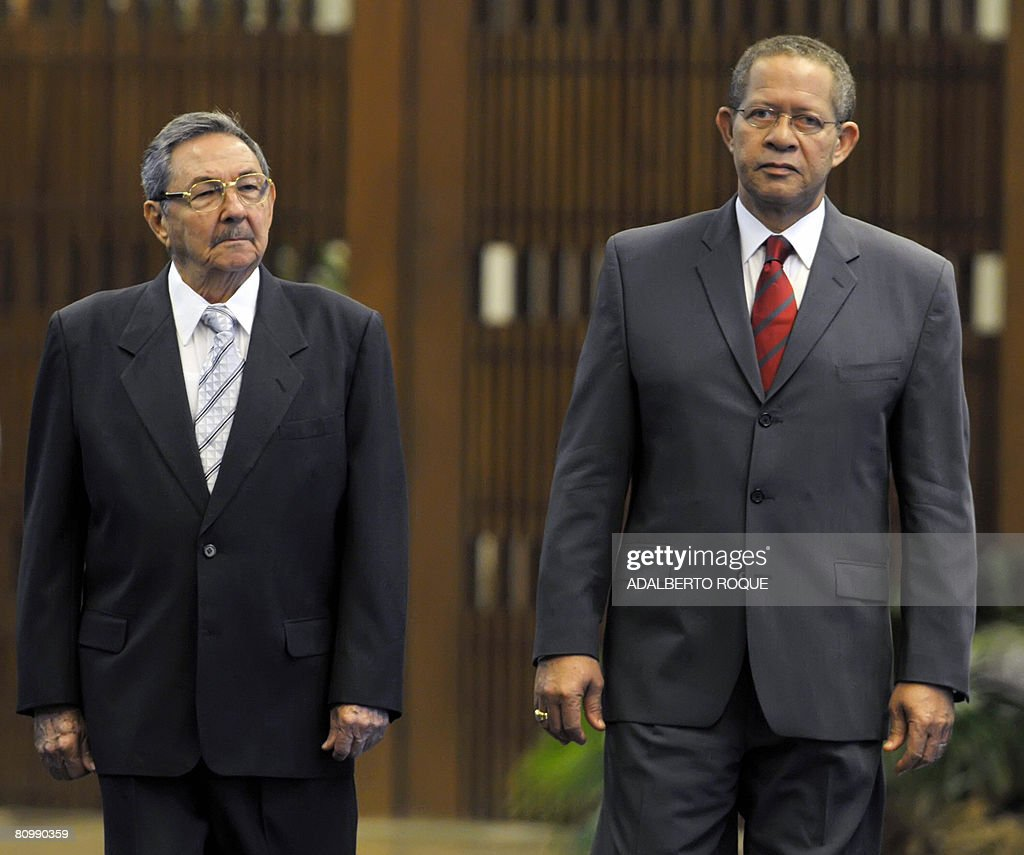 Cuban President Raul Castro (L) and Jama : News Photo