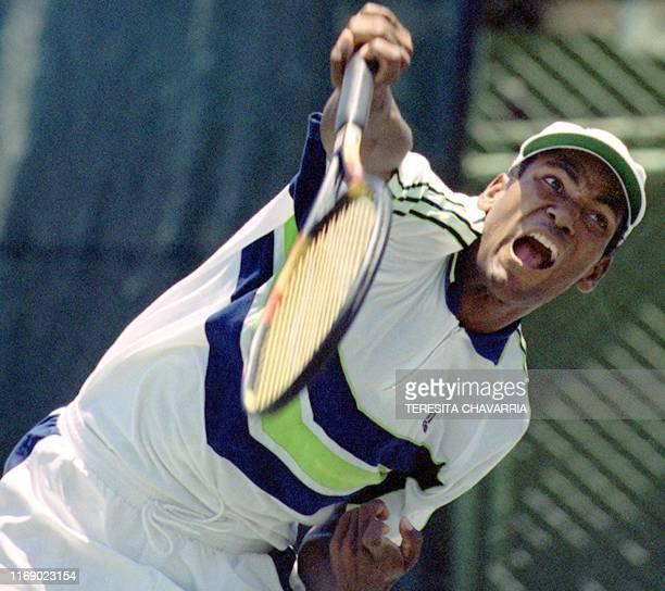 Cuban tennis player Lazaro Navarro serves 07 April 2000 during Davis Cup play in San Jose El tenista cubano Lazaro Navarro efectua un servicio el 07...