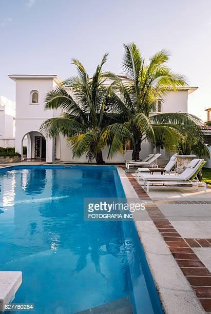 cuban villa backyard exterior - koloniale stijl stockfoto's en -beelden