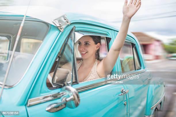 Femme cubaine, conduire une voiture vintage à la Havane