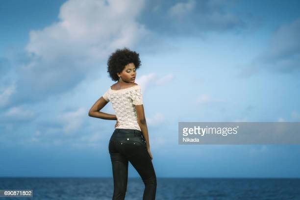 Kubanische Frau auf dem Malecon Ufermauer, Havanna, Kuba