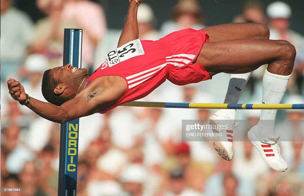 Cuba's Javier Sotomayor clears during an attempt o : News Photo