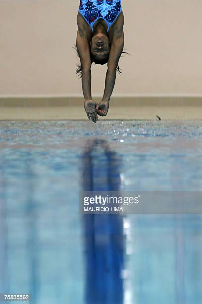 Cuba's Yaima Mena performs during the Rio 2007 XV Pan American Games women's 3m springboard diving final in Rio de Janeiro Brazil 27 July 2007 Pineda...