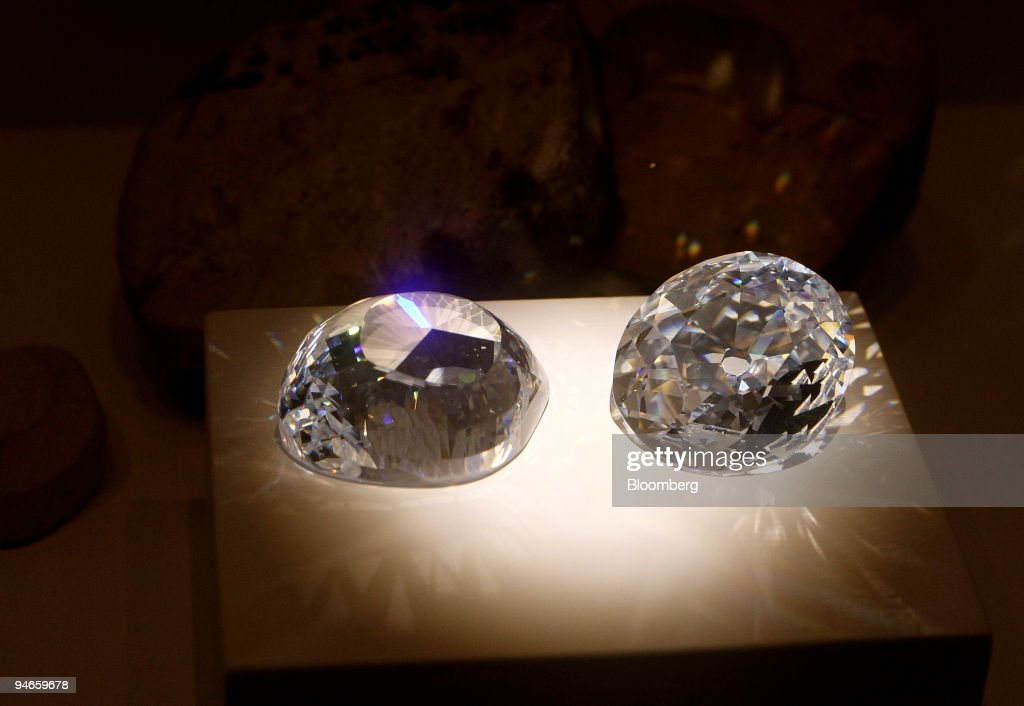 Cubic zirconia replicas of the original and a modern Koh-i-N : News Photo