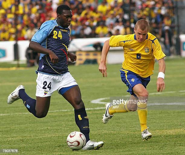 Ecuadorean Felipe Caicedo fights for the ball with Swedish Holmen Samuel during a friendly match 18 January 2007 in the Alejandro Serrano Aguilar...