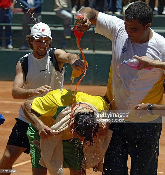 Ricardo Mello bana a su companero Marcos Daniel al final del partido de dobles contra Nicolas Lapentti y Carlos Avellan por la Copa Davis en el...