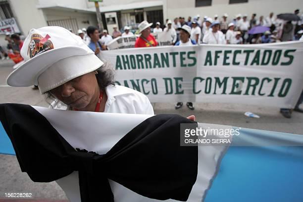 Cuentahabientes del desaparecido Banco del Comercio exigen la devolucion de su dinero frente al Congreso en Ciudad de Guatemala el 12 de abril de...